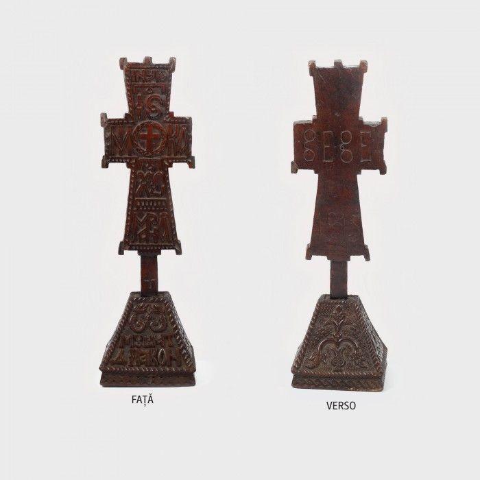 Cruce din lemn, semnată Mușat Diacon, sculptor bisericesc din Opătești (activ între 1780-1823), piesă similară unei cruci de la Mănăstirea Cozia - Licitația de Valori Tradiționale #156/2015 - Arhivă rezultate
