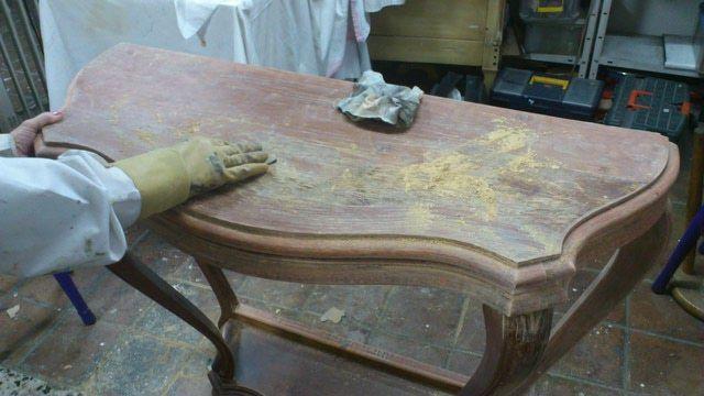 Cómo decapar un mueble de madera: métodos y pasos: Lijar para quitar un acabado antiguo a la madera