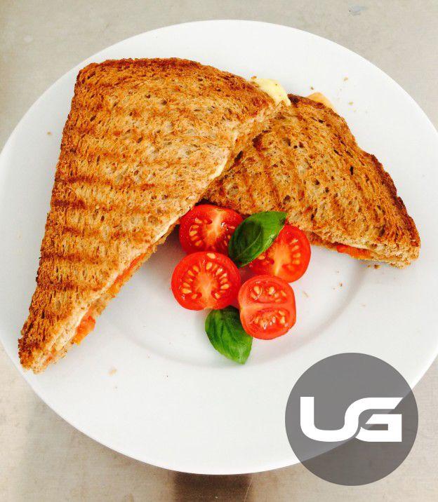 Wat heb je nodig:  Tosti-ijzer, 2 spelt of volkorenboterhammen, toscaanse kruidenkaas 30+ (Aldi), tomatencassata (zie recept bij diverse)  Wat ga je doen:  Zet het tosti-ijzer aan zodat het vast warm kan worden, leg 1 plak kaas op de