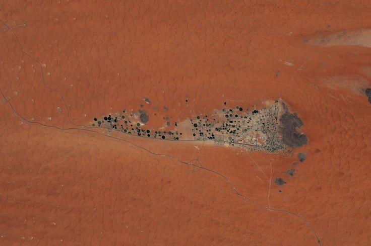 (IT) Deve essere davvero una sfida costruire città come questa nel deserto.