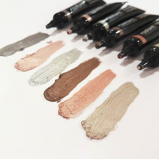 Liquid Metal will give you this extra festive sheen. Wear it on its own or on top of your favorite lipstick, or on the eyes like an eye shadow in earthy or darker shades according to your mood!  #liquidmetal #metalmakeup #metallips #metallics #metallicshades #metaleyeshadow #metals #eyeshadow #lips #festivemakeup #christmasmakeup