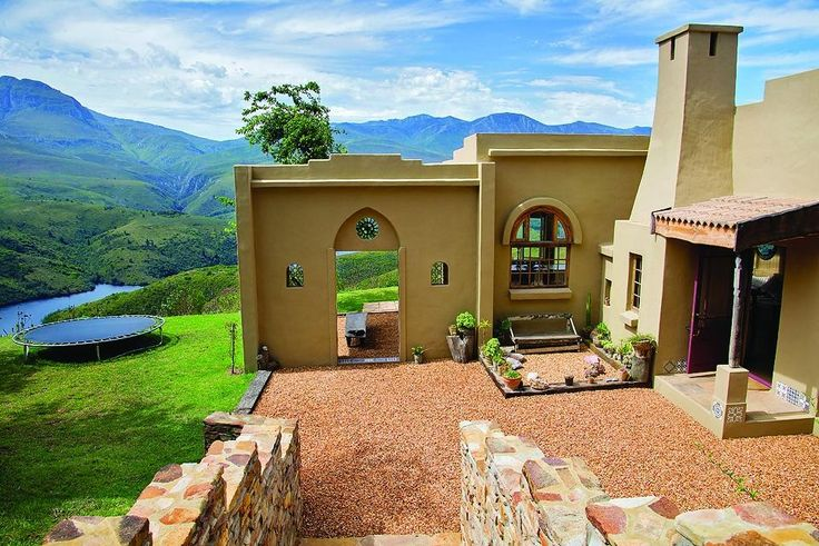 Set on a hilltop overlooking the Langeberg mountain range and Duiwenhoks Dam near Heidelberg, the Moroccan-styled Akasha Mountain Retreat reaches deep into your soul and uplifts the spirit.