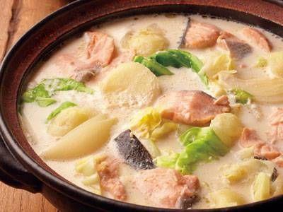 ほりえ さわこさんの生ざけを使った「石狩鍋」のレシピページです。北海道の郷土鍋。酒かすを加えることが多いのですが、今回は簡単に牛乳を使ってコクと甘みを出します! 材料: 生ざけ、キャベツ、じゃがいも、たまねぎ、顆粒スープの素、牛乳、塩、黒こしょう、みそ、バター