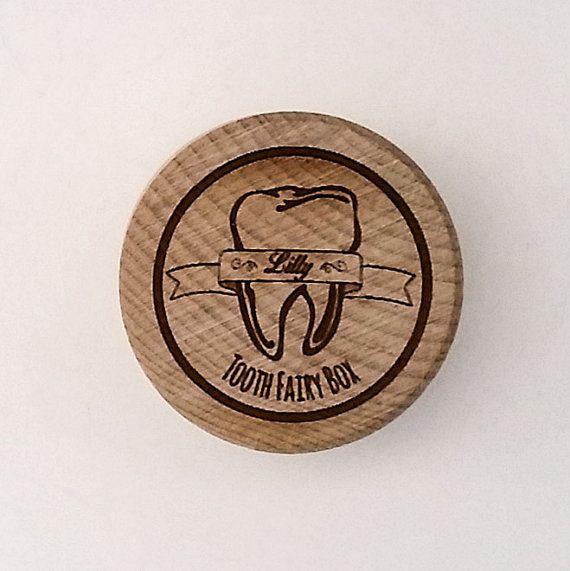 Questo primo dente box è perfetto per il tuo primo dente childs! La casella stessa fatta da legno naturale e misura 4cm di diametro e 2,5 cm di altezza. A causa delle caratteristiche naturali del legno, il coperchio può essere aderente o larghi.  Lincisione sulla parte superiore è stato progettato da me ed è disponibile esclusivamente da noi a eredità Lasercrafts. Ha Tooth fairy box al botton, il nome di vostra scelta in mezzo, avvolgendo intorno ad un dente, professionalmente incisi con il…
