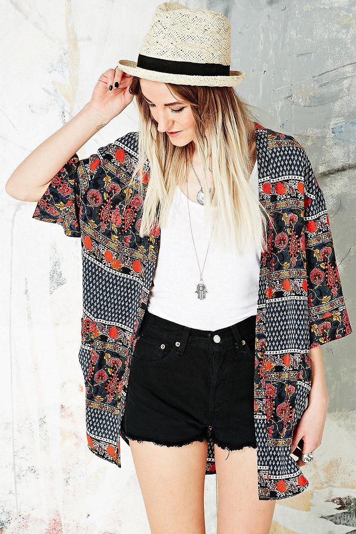 Staring at Stars Curved Hem Kimono Jacket http://uoeur.pe/UOWnewin #UrbanOutfittersEurope