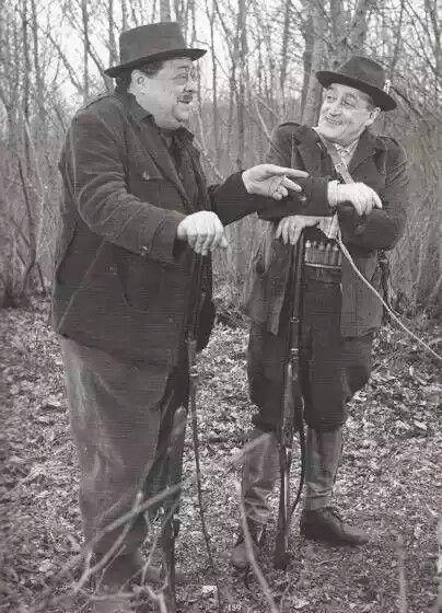 """Totò e Aldo Fabrizi sul set del film """"I tartassati"""" """"Lavorare con Totò era un piacere, una gioia, un godimento perché oltre ad essere quell'attore che tutti riconosciamo era anche un compagno corretto, un amico fedele e un'anima veramente nobile."""" (Aldo Fabrizi-Corriere della Sera aprile 1977)"""