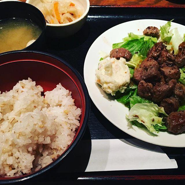 今日のランチ♡ サイコロステーキ定食(*´-`*) お肉大好きー(*≧▽≦) #サイコロステーキ #肉 #ランチ #五穀米 #八王子