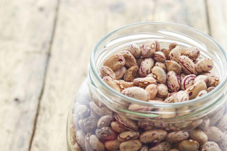 Een ingrediënt dat we bijna altijd wel op voorraad hebben is gedroogde bonen(of eigenlijk peulvruchten in het algemeen). Of je ze nu weekt of niet, je kunt ze het beste garen op een lage temperatuur gedurende lange tijd. Hierdoor wordt de structuur zachter en de smaak optimaal. Een ideaal werkje voor de slowcooker! Fijn aan …