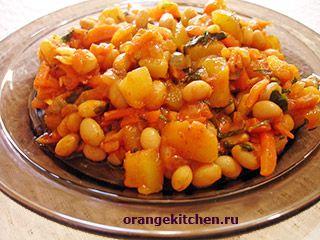 половина большого кабачка или 2-3 мелких; 1 большая морковь; 2 средних луковицы; 1 банка консервированной белой фасоли; 2-3 зубчика чеснока; 2 ст.л. томатной пасты; 1 пучок петрушки; 1/2 ч.л. приправы «Карри»; растительное масло для жарки; соль по вкусу. Кабачок очищаем от