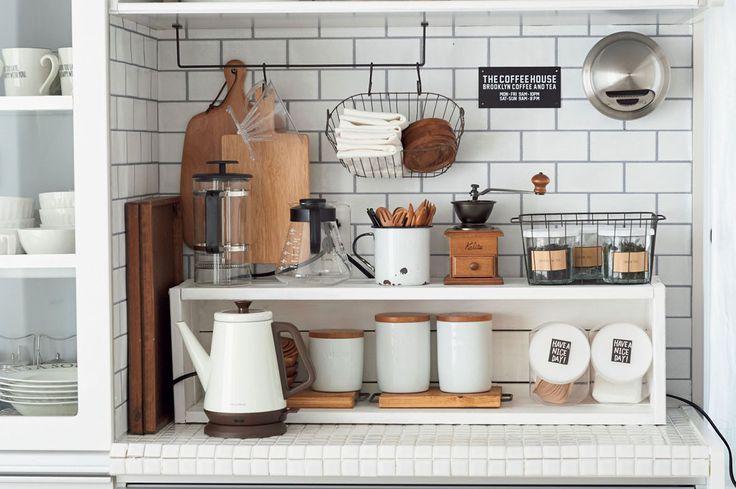 ルームスタイリストの瀧本真奈美さんがキッチンインテリアで実践している5つのルールを紹介。【5つのルール】とは、「空間を演出する」「統一感をもたせる」「抜け感をつくる」「リズムよく並べる」こと。写真は、『抜け感をつくる』を実践したもので、ガラスものやワイヤカゴを置き、壁面を見せることで軽やかにしました。他の写真は下記記事にてご紹介。 ◆『ものが多くてもおしゃれに見える!「守るべきキッチン収納」5つのルール』  #esseonline#インテリア#整理整頓#デザイン#interior#room#掃除#丁寧な暮らし#シンプルな暮らし#マイホーム#断捨離#ナチュラルインテリア#片付け#持たない暮らし#インテリア雑貨#シンプルグリーンインテリア#節約#収納#カゴ#棚#シンプルライフ#リビング#インテリア#整理整頓#デザイン#interior#room#掃除#丁寧な暮らし#シンプルモダンインテリア#クローゼット#キッチン#リビング#すっきり収納