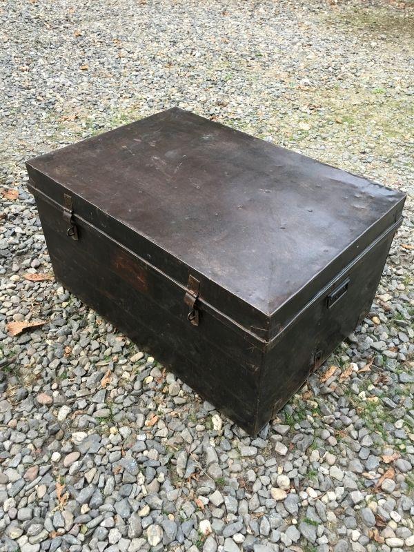 Grote oude metalen ijzeren koffer suitecase Salontafel bijzettafel industrieel landelijk kist vintage retro