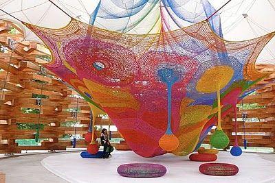 La artista japonesa Toshiko Horiuchi crea estos maravillosos parques infantiles con ganchillo.