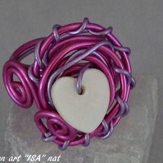 Bague coeur de nacre montage fil d'aluminium mauve et rose