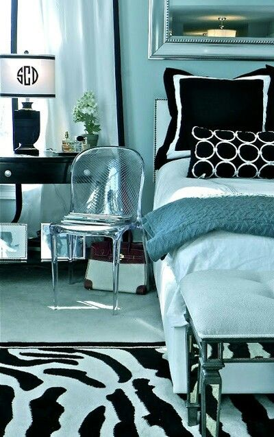 ●Black and White - We love the clean lines and bold yet sophisticated statement the classic color combination gives the room.