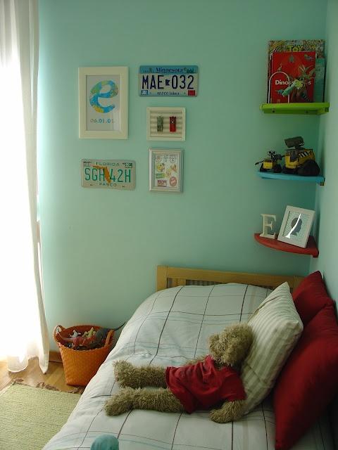 Eis as peças que completaram a decoração no quarto do meu filho: chapas de matrícula americanas.