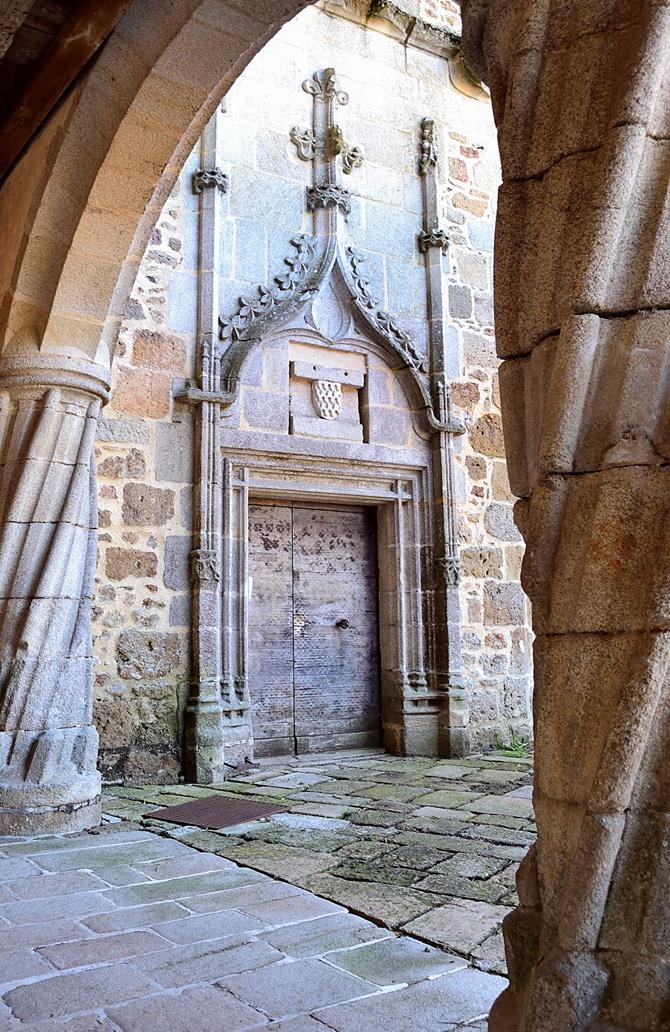 rochechouart  porte cour du chateau