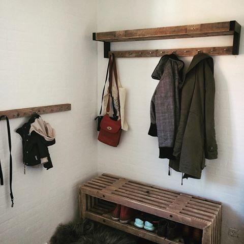 Lige et dejligt billede fra en meget tilfreds kunde, som valgte at bruge tralle møbler i sin entre.☺️ det ser bare så fedt ud #trallebænk #bænk #bolig #boligindretning #boliginspiration #rustik #rustikt #rustikadesign #interior #interiordesign #boliginspiration #trællebænk #trallemøbel #furnituredesign #boliosdk #træ_værk #trae_vaerk #danskdesign #entre #nordiskdesign #nordiskehjem #rustic #rusticfurniture #opbevaringsløsning #entre #entremøbel #skohylle #knagerække #kanger #hattehylde