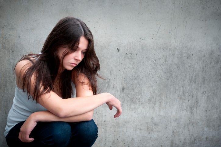Une étude menée par des chercheurs de l'université de Montpellier révèle que nos adolescents passeraient en moyenne moins de deux heures par jour dans le monde réel. Pire, les chercheurs affirment que le recul de la durée de ces brèves périodes de lucidité serait tel ces 20 dernières années qu'elles pourraient se retrouver menacées de disparition dès 2035. Reportage. - aha