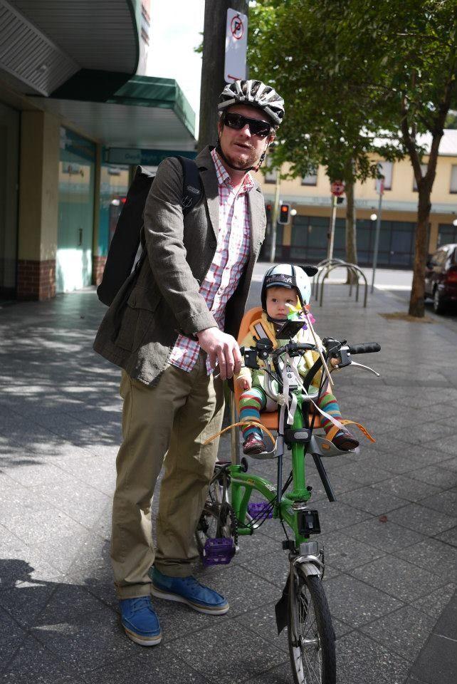 Vélo pliant Brompton avec siège enfant Yepp à l'avant. # ...