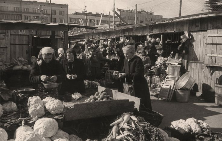 Warszawskie bazary i targowiska - to tu toczyło się życie codzienne warszawiaków - Autor zdjęcia Stefan Rassalski / Narodowe Archiwum Cyfrowe