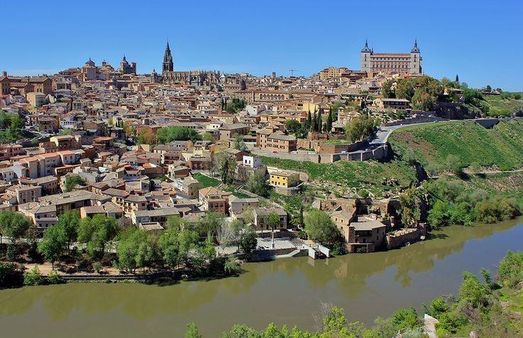 Колорит средневековья  Толедо (Toledo) – уникальный город, сохранивший колорит средневековья. Это живописные старинные улицы, каменные лестницы, величественные соборы. А когда-то город был столицей Испании! Три культуры — мусульманская, еврейская и христианская — оставили свой след в его архитектурном облике.