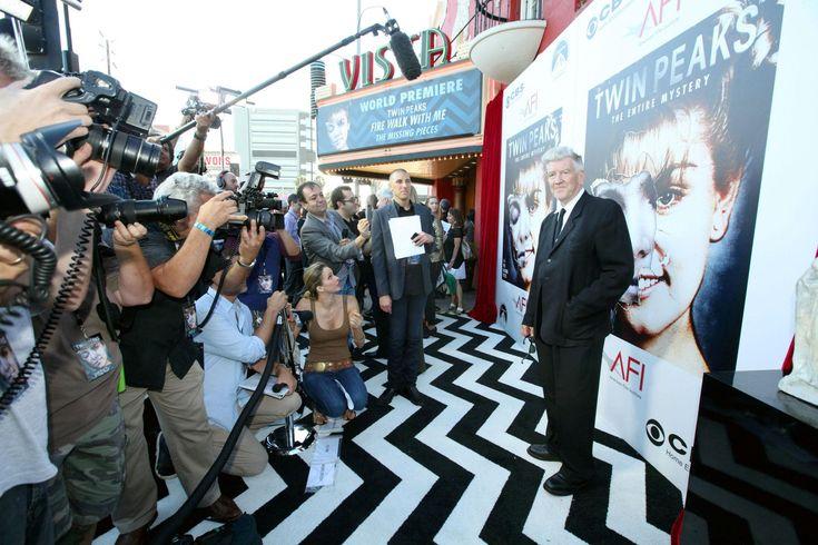 """L'attore Kyle MacLachlantornerà nei panni dell'agente dell'FBI Dale Cooper nel sequel dellaserie Twin Peaks, la cui messa in onda è prevista nel 2016 negli Usa  sul canale Showtime. L'annuncio ufficiale è stato dato dallo stessoattore in un evento organizzato dall'emittente che lo trasmetterà.""""MacLachlan sarà il protagonista"""", ha detto il presidente di ShowtimeDavid Nevins. """"Sono entusiasta di tornare nello strano mondo di TwinPeaks"""", ha detto MacLachlan. Secondo The Hollywood ..."""