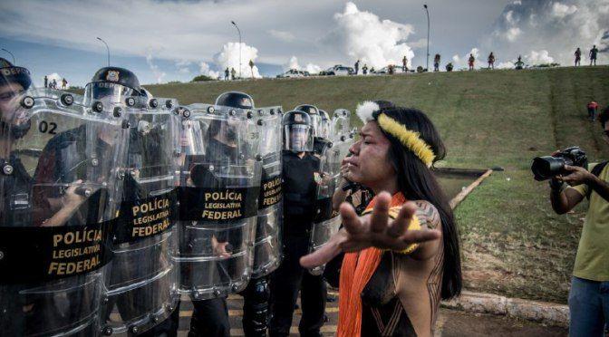 Protesto pacífico de povos indígenas é atacado pela polícia no Congresso | Articulação dos Povos Indígenas do Brasil – Apib