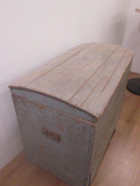 Grote houten hutkoffer, grijs. Diepte 54cm, breedte 100cm, hoogte 73cm.