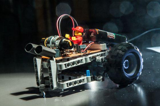 Światłolub - jego podstawa jezdna to LEGO i serwomotory / Swiatlolub - its base is Lego and servomotor