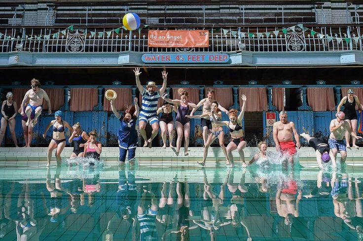 Κολυμβητές πέφτουν στην πισίνα των λουτρών  Victoria  στο Μάντσεστερ  η οποία άνοιξε για πρώτη φορά μετά από 20 χρόνια