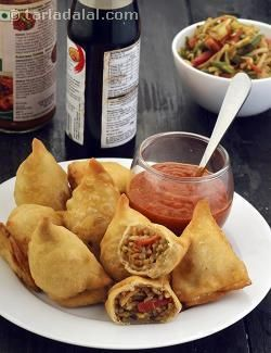 Two all-time favourites from India and China come together to surprise you! This unique samosa is made with a filling of noodles and juicy veggies perked up with soya sauce and vinegar.