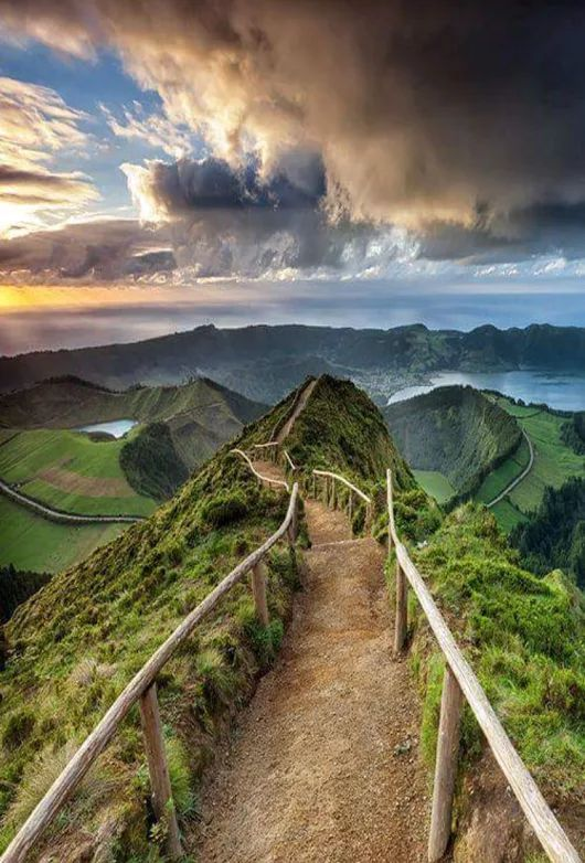 Sendero en siete ciudades Cráter en la isla de Sao Miguel, en las Azores