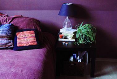 deco chambre couleur violet en total look peinture, linge de lit et coussins
