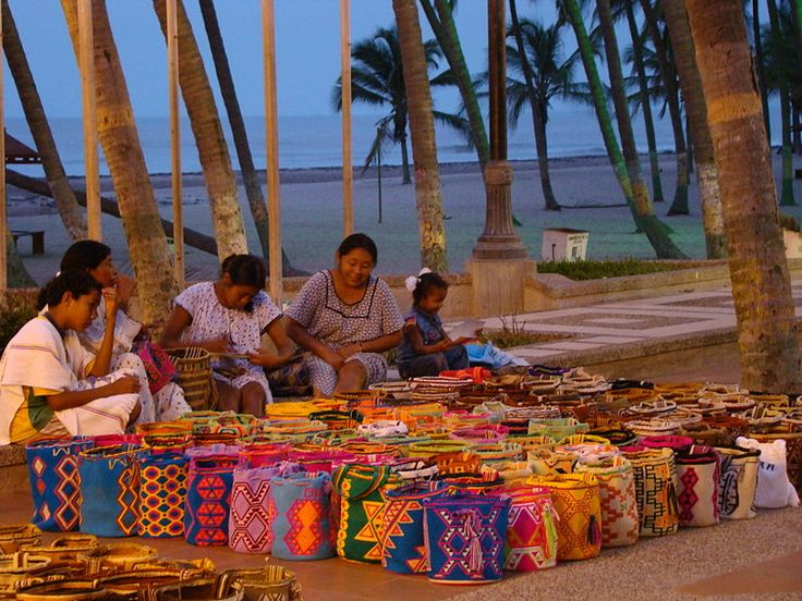 Wayuu women weaving and selling Susu bags at Riohacha #colombia