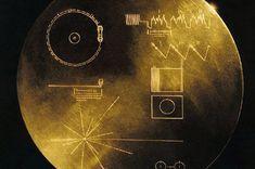 Gêmeo sonda Voyager da NASA lançado em agosto e setembro de 1977. A bordo de cada nave espacial é um disco de ouro, uma coleção de imagens, sons e saudações da Terra.  Existem 117 imagens e saudações em 54 línguas, com uma variedade de natural e hum
