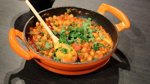 """En indisk klassiker baserad på kikärtor och grönsaker, som blir en perfekt bas till """"yoga bowls"""". Värmande, god och välgörande."""
