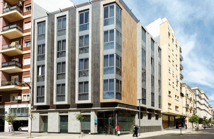 SUITES OFICENTRO, los servicios de un hotel con el espacio, la comodidad y la intimidad de un apartamento en pleno centro de #Málaga.  🏨 Equipados con la máxima calidad, se escogieron los productos cerámicos para #pavimentos, #revestimiento y #fachada de #PORCELANOSA Grupo.En los exteriores, se confió en el sistemas de colocación #XLIGHT URBATEK de la mano de Butech y, y además en los #interiores el equipamiento de #baño de NOKEN DESIGN. #Building #Tiles #Nox #Apartments #Facada #Facades