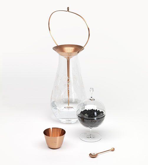 """Wasserkaraffe """"Still"""" von Formafantasma für LOBMEYR - mit Kohlefilter, Becher und Löffeln aus Kupfer"""