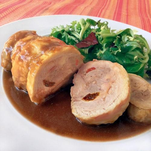 Para cocinar estos muslos de pollo rellenos, necesitaremos: 2 muslos con los contramuslos deshuesados (pide al carnicero que los deshuese) - 8 ciruelas pasas y algunas más para la salsa- 2 pimientos del morones o del piquillo - 1 cebolla - 4 lonchas de jamón ibérico grandes - 1 vos de oloroso seco - 200 fr de carne de cerdo picada - Perejil picado - 1 diente de ajo - Pan rallado - 1 hoja de laurel - Sal y pimienta - Aceite de oliva virgen extra