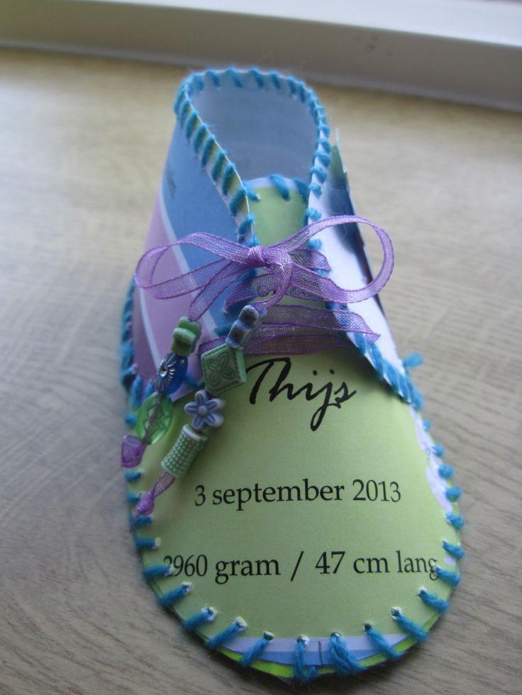 een schoentje gemaakt van een geboortekaartje