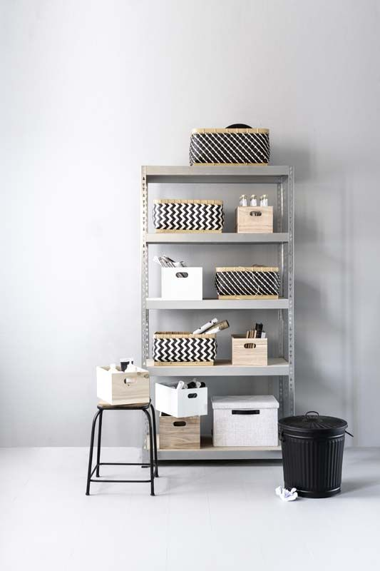 KARWEI | De opbergers met een vrolijk zwart-wit printje staan mooi én opgeruimd in deze open metalen stellingkast.