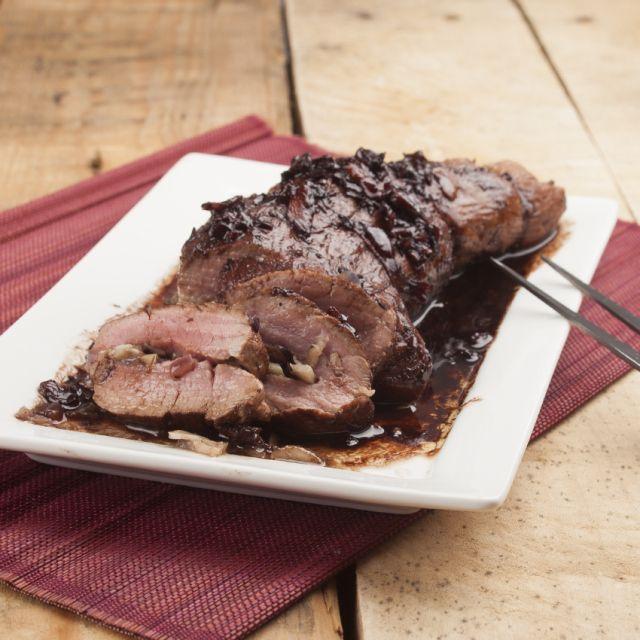 Heerlijke varkenshaas, gevuld met kastanjechampignons en een saus van rode wijn-balsamico http://cuisinevansabine.nl/met-bospaddenstoelen-gevulde-varkenshaas-en-rode-wijn-balsamico-saus/