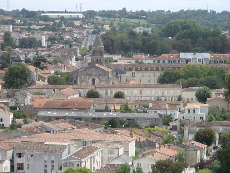 L'abbaye aux Dames de Saintes avec son clocher qui émerge au-dessus de la ville. Prise en 2007.