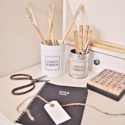 Snygga burkar i vitt och zink i två olika storlekar som ger fin förvaring till dina pennor, penslar, linjaler och saxar på ditt kontor.