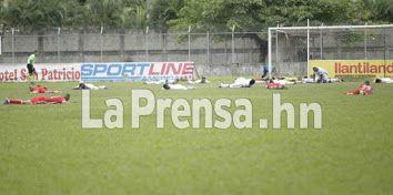 Enjambre de abejas mandó al suelo a jugadores en Honduras. Los jugadores de la Real Sociedad y Platense se vieron sorprendidos por las abejas en Tocoa, Colón.  http://www.laprensa.hn/deportes/1043715-410/enjambre-de-abejas-mand%C3%B3-al-suelo-a-jugadores-en-honduras