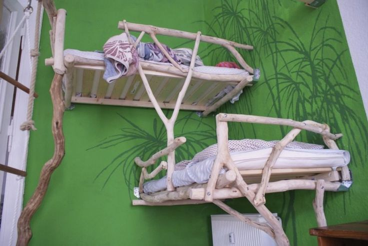 Оригинальная детская двухъярусная кровать из кусков дерева и досок