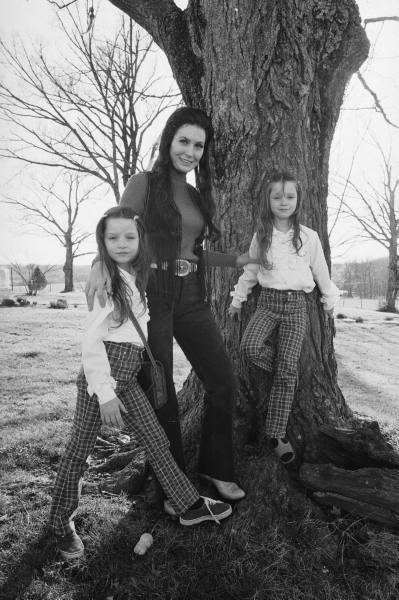 Loretta Lynn and her twins patsy and peggy