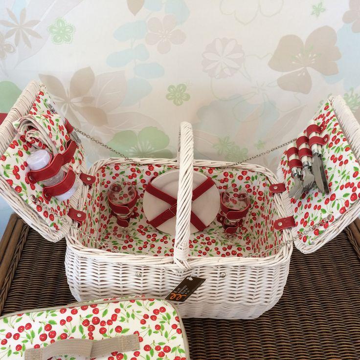 Cesta picnic para 2 personas con bolsa térmica en color blanco y decorada con colorida tela