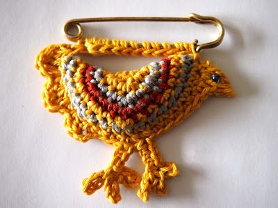 Chicken kilt pin - crochet brooch - VMSomⒶ KOPPA - free pattern & tutorial (finn)