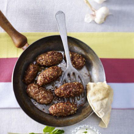 Türkische Köfte mit Minz-Joghurt-Dip Rezept | LECKER